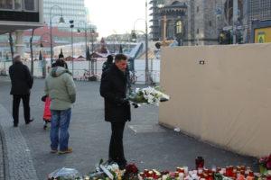 Złożenie kwiatów w miejscu zamachu w Berlinie